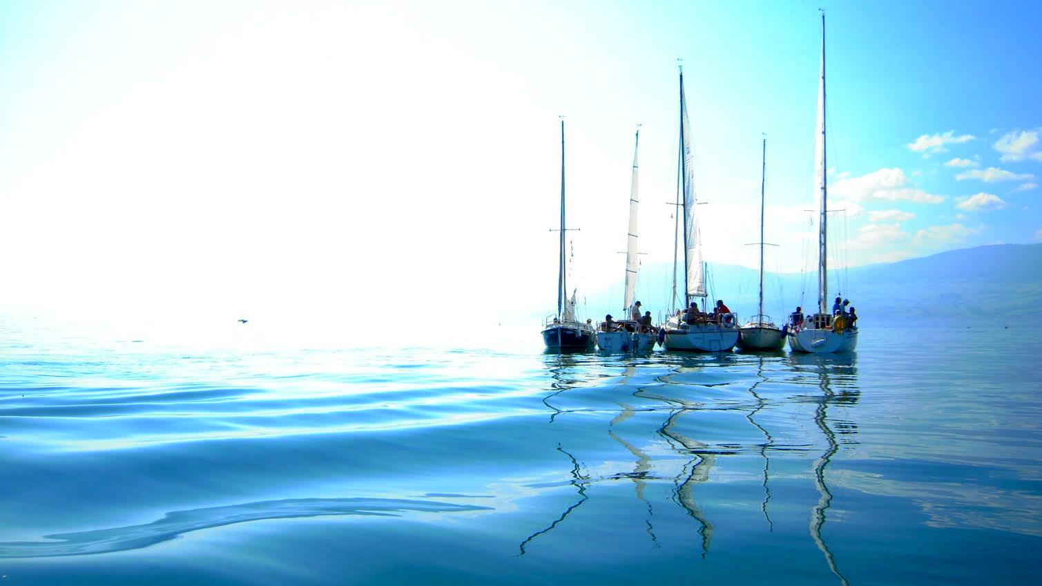 Spontanes Treffen auf dem See: Die Sailcomboote gemeinsam vor Anker.