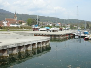 Gästeplatz gegenüber der Bootstankstelle von Concise
