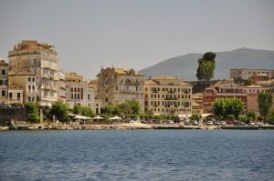 Korfu Stadt von See aus gesehen.