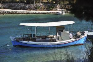 Fischerboot in der Bucht von Mongonisi
