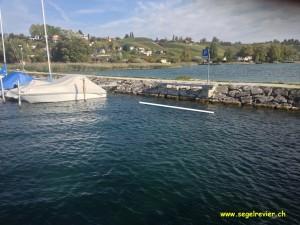 Die tolle Aussicht an den Gästeplätzen an der Mole im Hafen von Bevaix