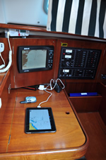 iPad auf dem Navigationstisch einer Yacht