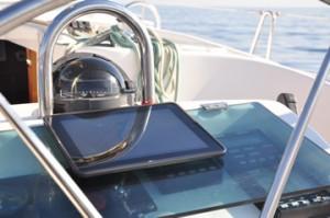 Das iPad an der Steuersäule einer Segelyacht