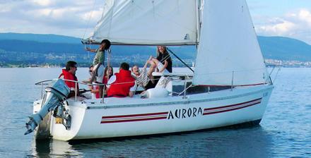Sailcom Segelboot Aurora auf dem Neuenburger See