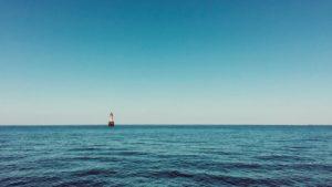 Das steinerne Gefahrenzeichen Birvideaux warnt mitten auf dem Meer vor einer Untiefe.