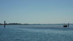 Das Fahrwasser sollte man mit einem Segelboot beachten.