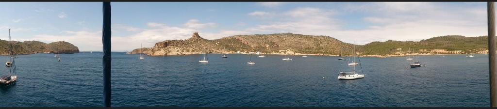 Bucht von Cabrera aus dem Mast. Panorama