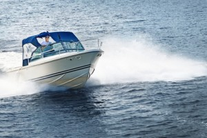 Motorboot fährt über den See.