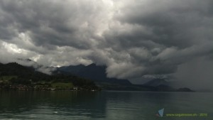 Heraufziehendes schlechtes Wetter auf dem Thunersee.