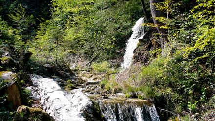 Ein Wasserfall an der Strasse nach Baumles